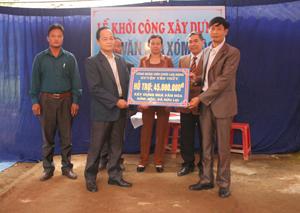 Lãnh đạo LĐLĐ tỉnh, huyện Yên Thủy dự lễ khởi công xây dựng NVH và hỗ trợ 45 triệu đồng cho xóm Rộc, xã Hữu Lợi.